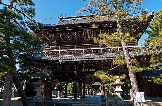 Entering the Chion-ji Temple